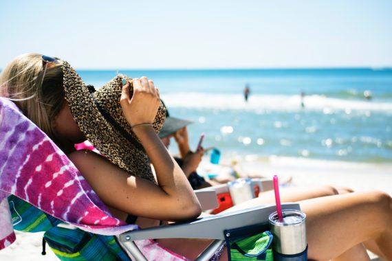 Filtry przeciwsłoneczne i kosmetyki naturalne - Szkodliwy wpływ filtrów chemicznych i mineralnych na nasze zdrowie. Jakich składników w kosmetykach unikać.