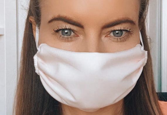 Jak pielęgnować skórę z maskne? - Opisuję coraz powszechniejszy problem powstawania trądziku w następstwie noszenia masek ochronnych tzw. maskne. Zapoznaj się z tematem co to jest maskne, jak jemu przeciwdziałać oraz jak pielęgnować skórę pod maską ochronną.